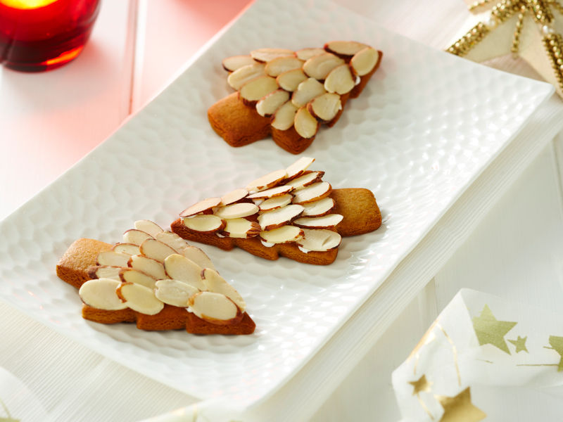 Almond flakes on gingerbread trees, a light and fun Christmas treat recipe