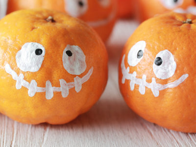 Mandarins decorated as cute Halloween ghosts are a great halloween craft idea for kids
