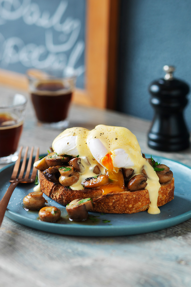 This easy and delicous mushrooms and poached egg recipe is a fantastic brunch party idea.