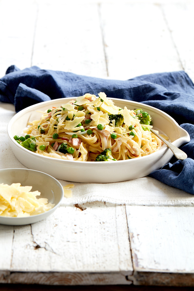 This easy one pot bacon, broccoli and pea linguine recipe is quick and delicious and makes for a great family dinner idea.