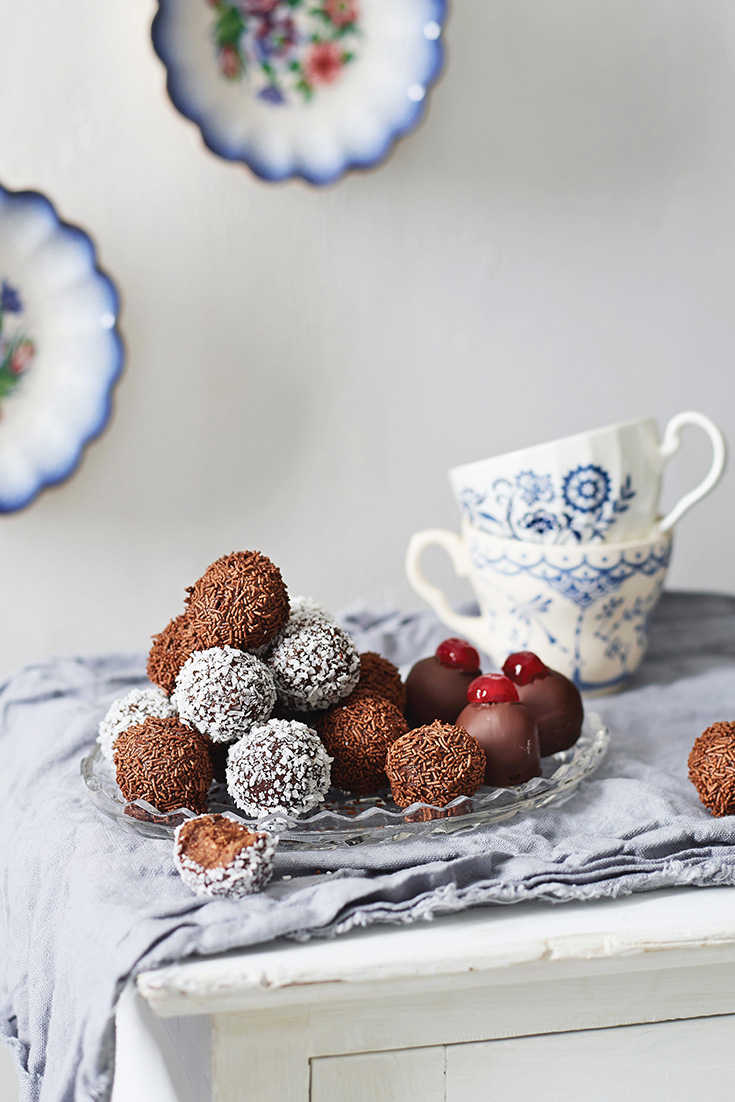 This easy and quick rum balls recipe is the perfect edible Christmas gift.
