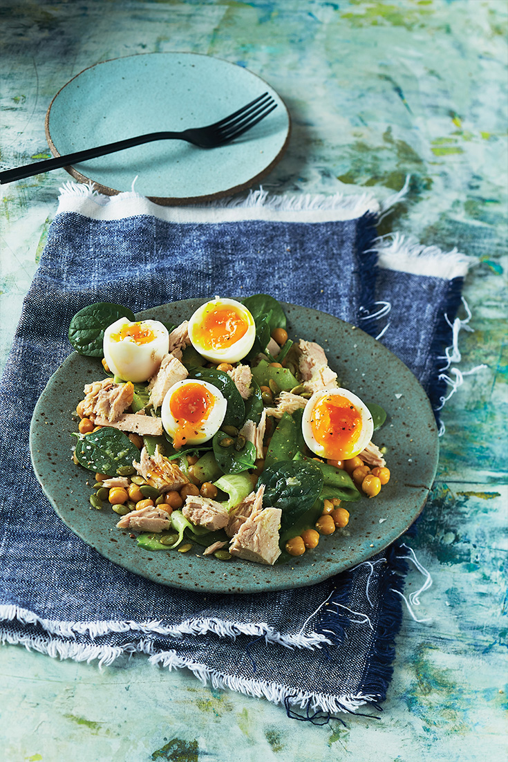 This quick and easy egg, tuna and chickpea salad is a easy vegetarian dinner idea that can be enjoyed during the week.